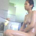 【銭湯盗撮エロ画像】男子は入れない女湯の洗い場を隠し撮り…素っ裸な素人娘がいっぱいで最高の光景が広がってる!