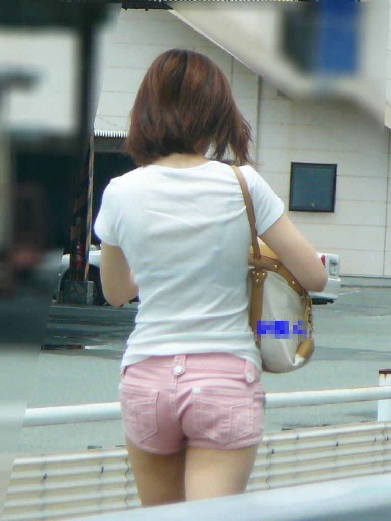 ピンクホットパンツの素人娘を背後から盗撮!