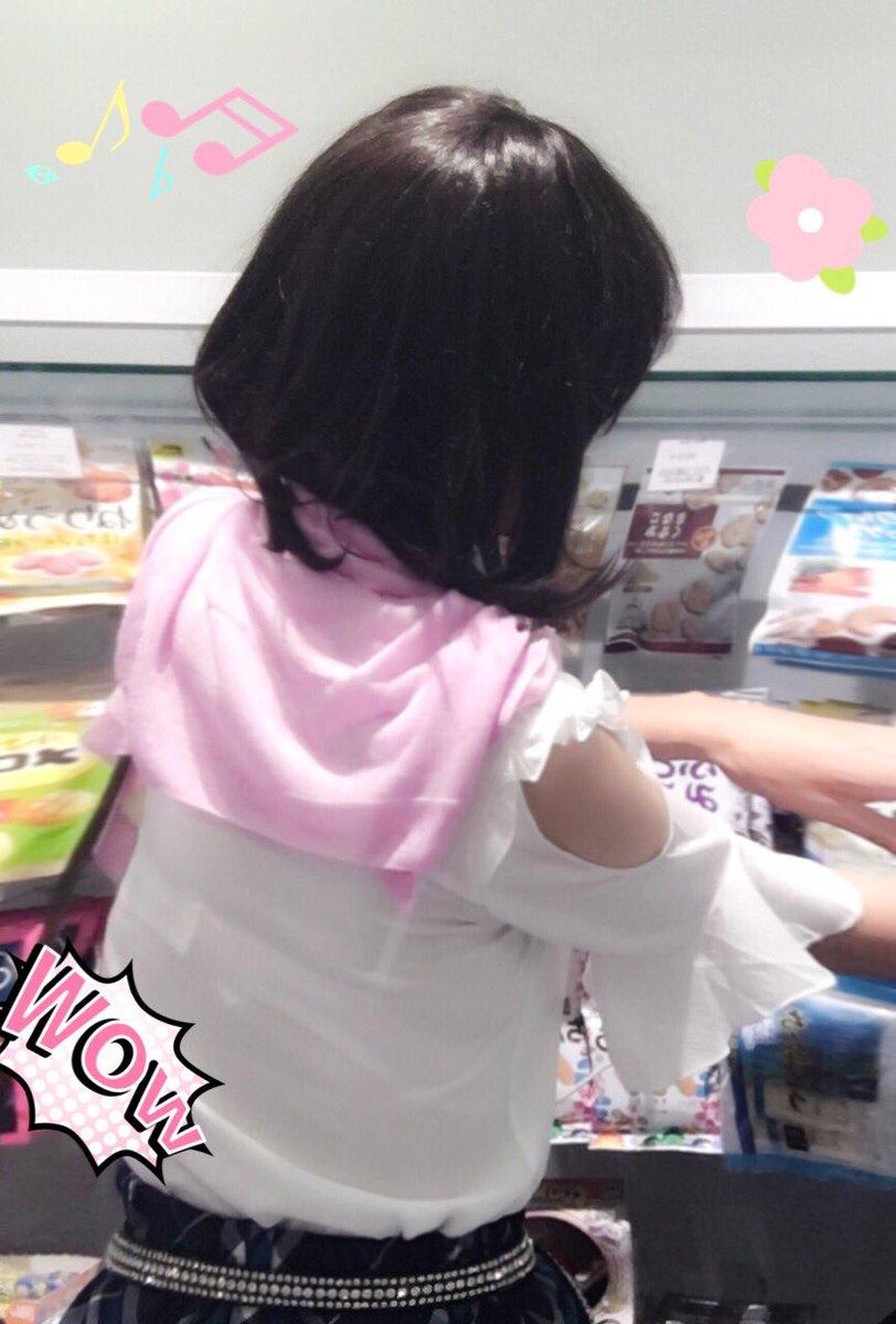 買い物中の透けブラ女性を隠し撮り!