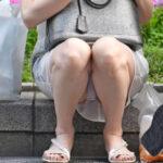 【しゃがみパンチラ盗撮エロ画像】お股が緩い素人娘の下着をゲット…エロい妄想を掻き立てる!