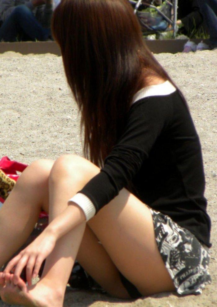 砂浜で座りパンチラしてる素人さん!