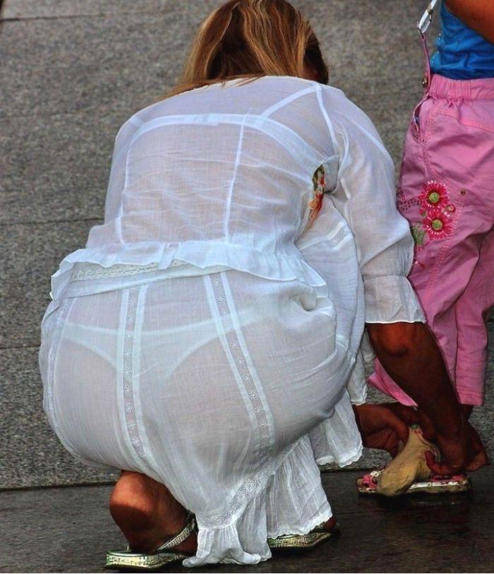 服の生地が薄くて下着が透けまくり!