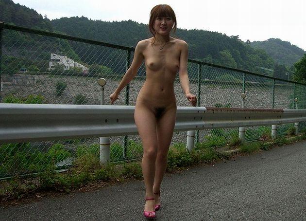 綺麗なお姉さんが全裸で徘徊している!