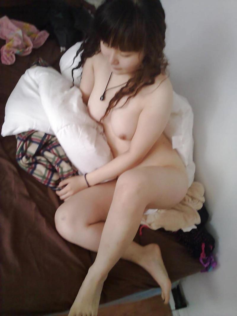 スタイル良い色白の裸体が素晴らしい!