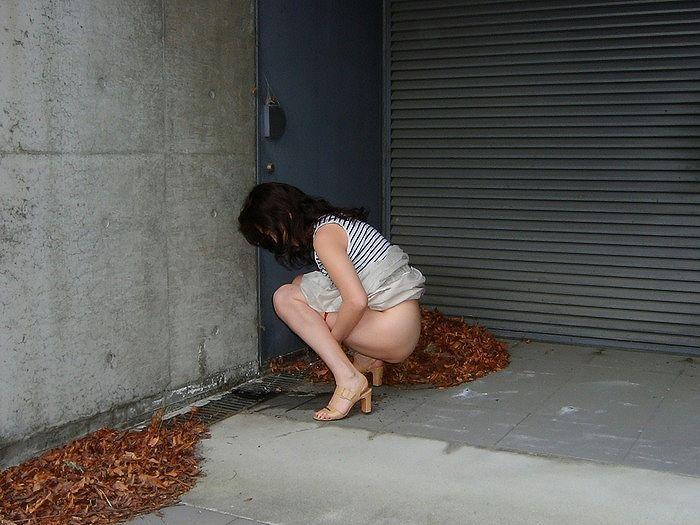 野外でオシッコする女性を発見した!