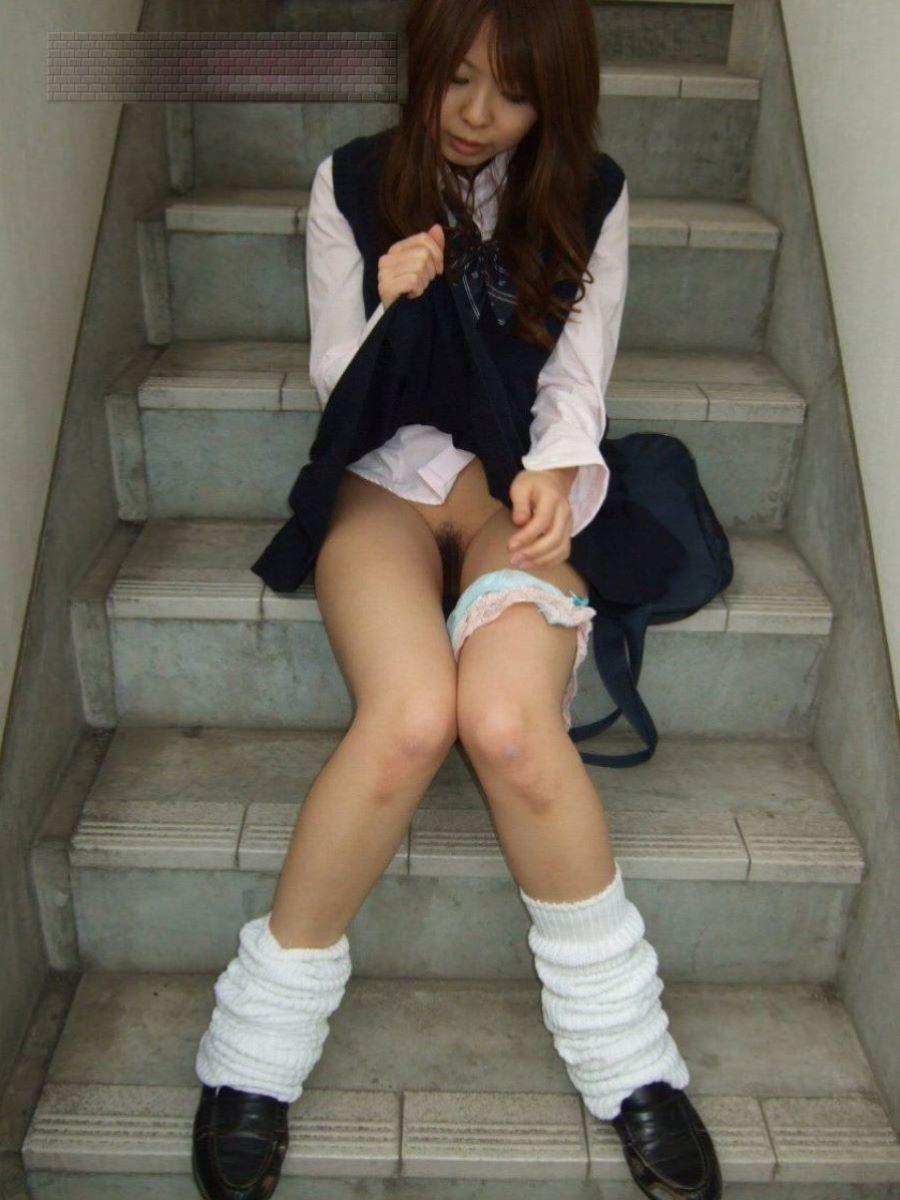 階段に座ってスカート捲りマン毛見せ!