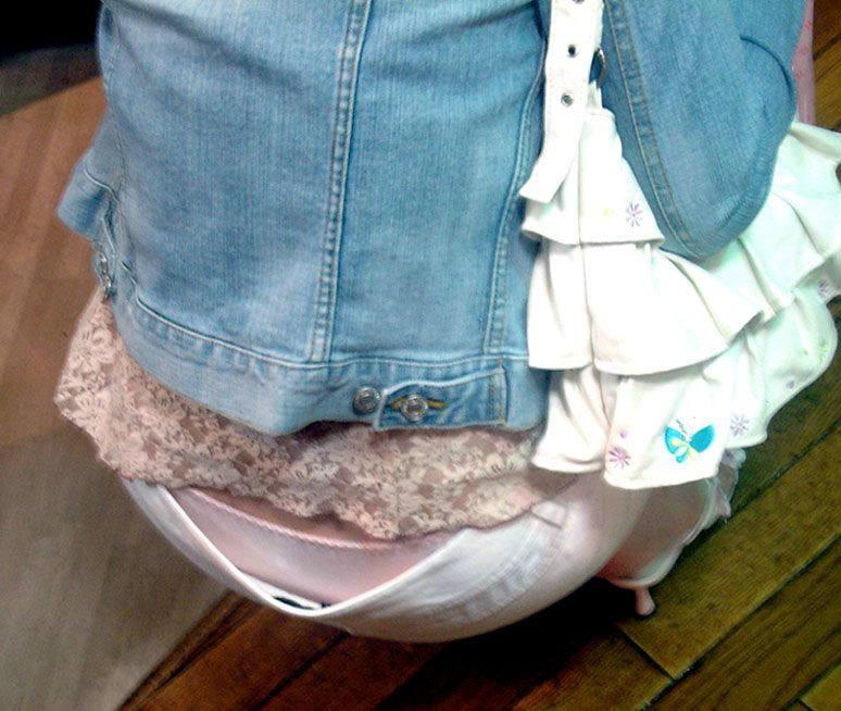 ピンクの派手なパンツを盗撮!