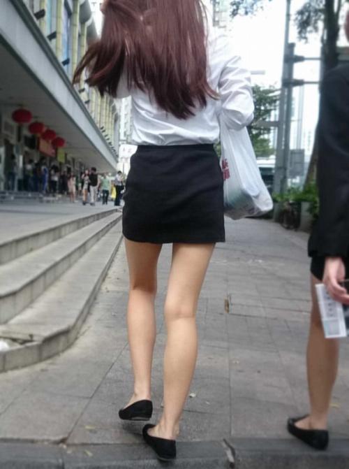 女性の背後から美脚をじっくり眺める!