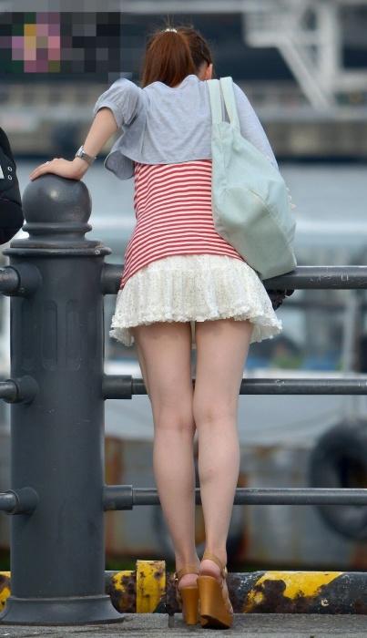 スカート短くてパンツ見えそう!