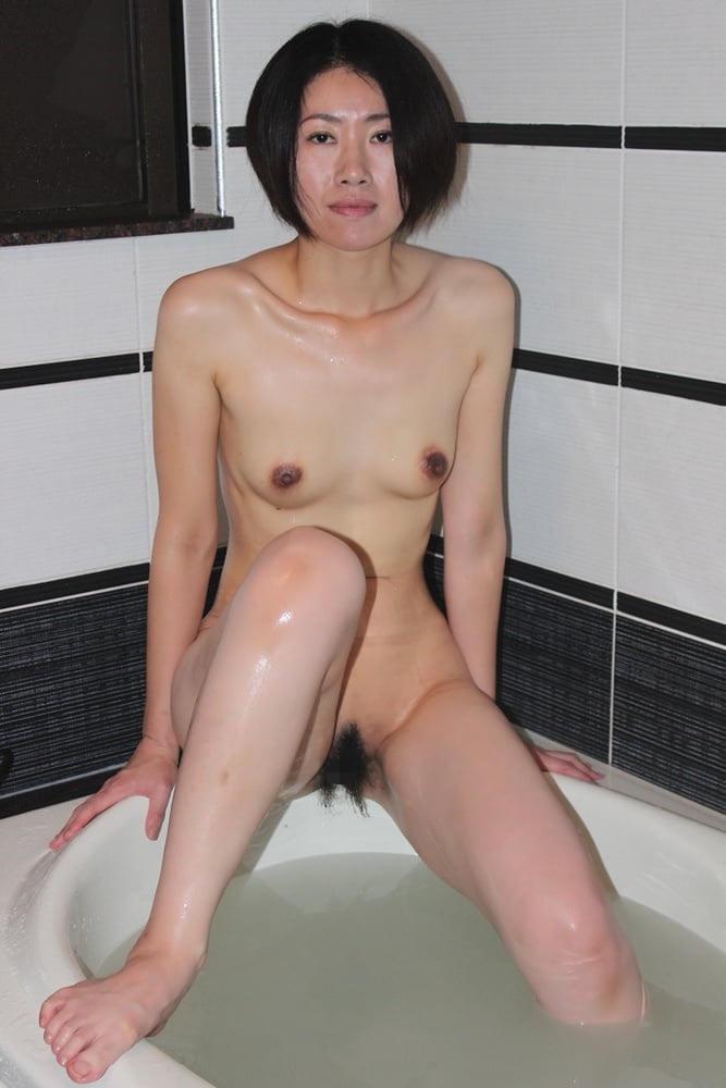 ショートカット熟女の全裸姿がエロい!