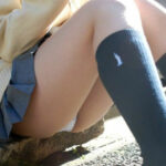 【JKパンチラ盗撮エロ画像】制服スカートなの無警戒で座るからパンツが見えちゃう!
