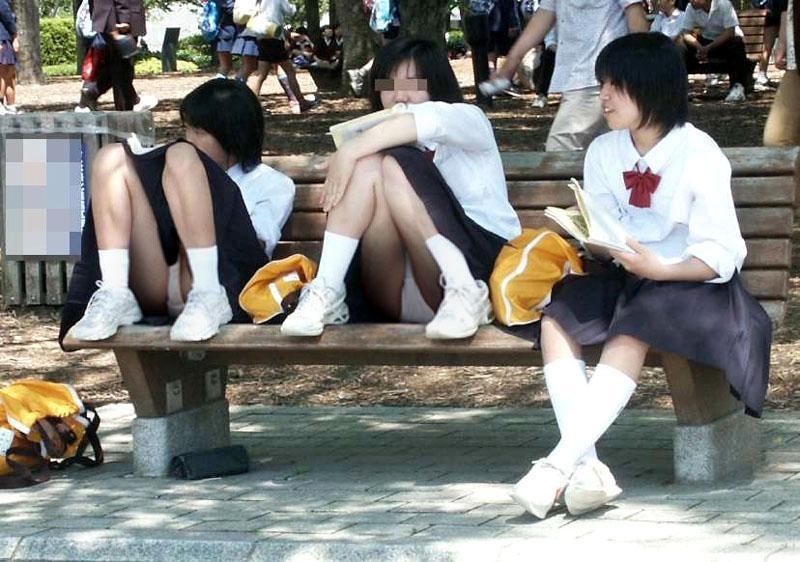 ベンチに座りパンツ丸見えのJKたち!