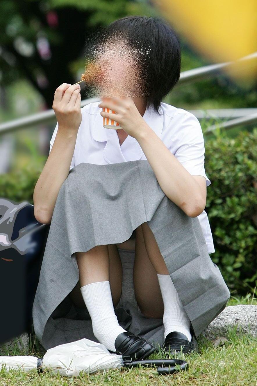 からあげを食べてる女子校生のパンチラ!