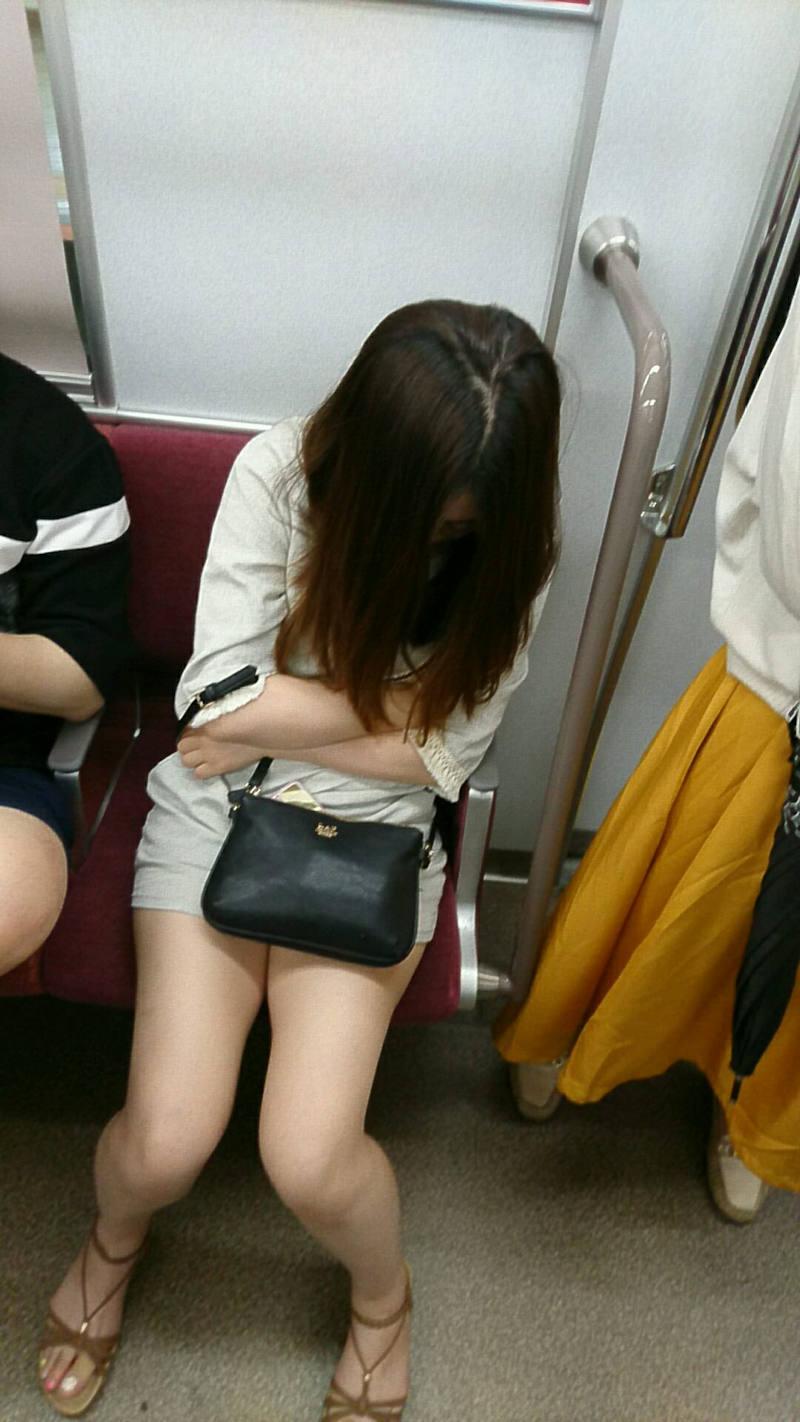 寝ているホットパンツ女子を隠し撮り!