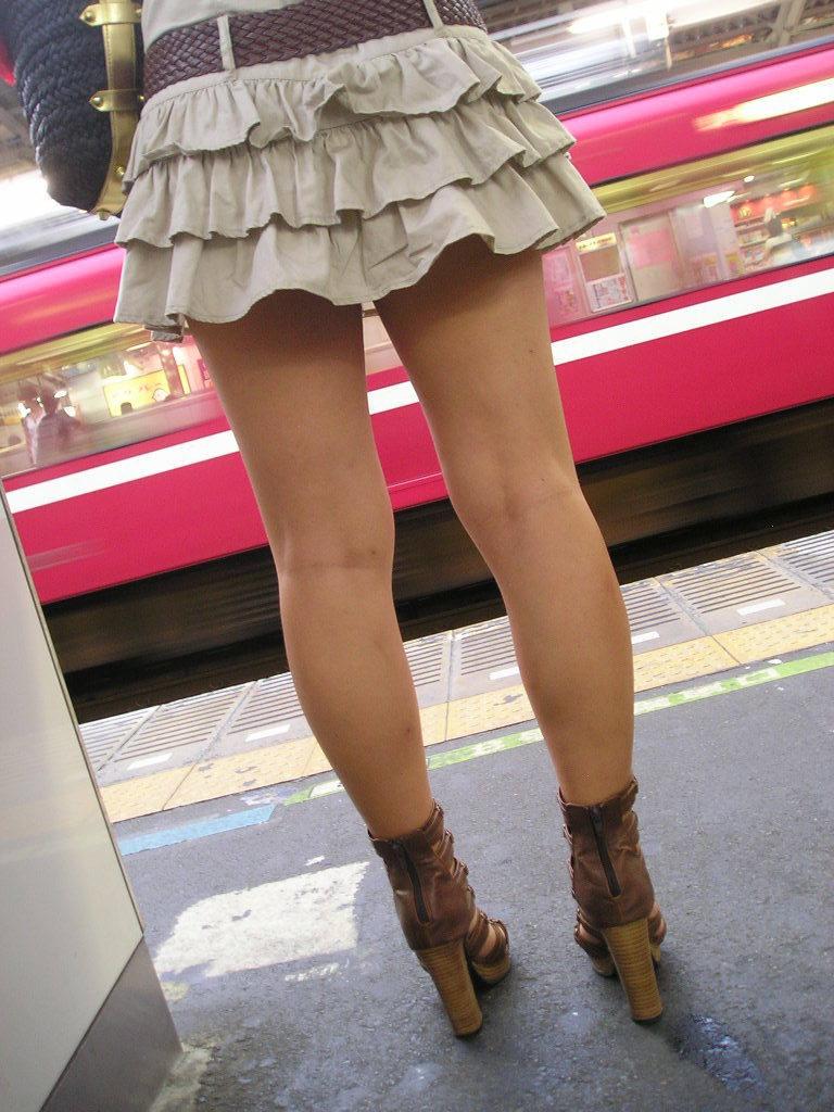 電車待ちの美脚女性を背後から撮影!