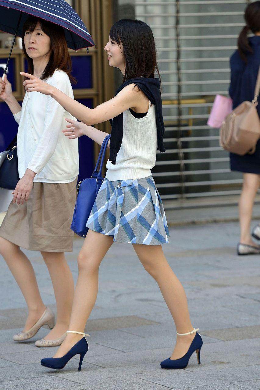 細身体型のミニスカお姉さんの美脚!