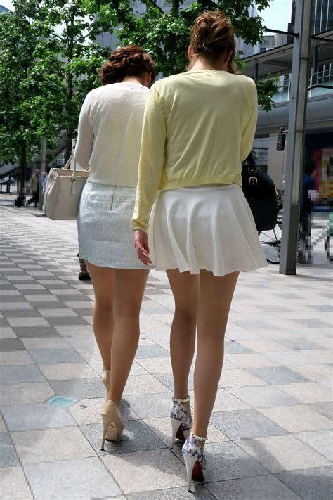 美脚女性たちの下半身をガン見する!