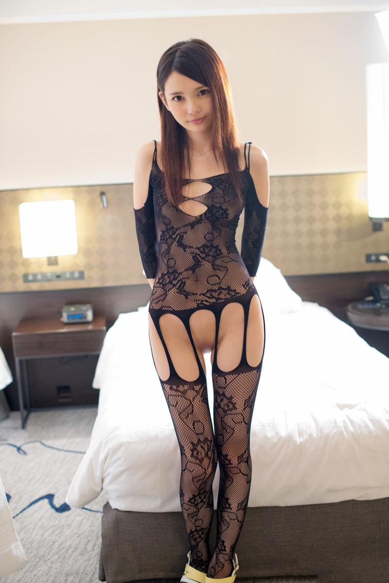 可愛い女子がセクシーな全身網タイツ!