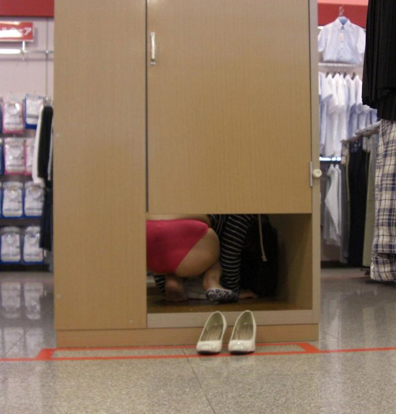 ドアの隙間から下着お尻がモロ見え!