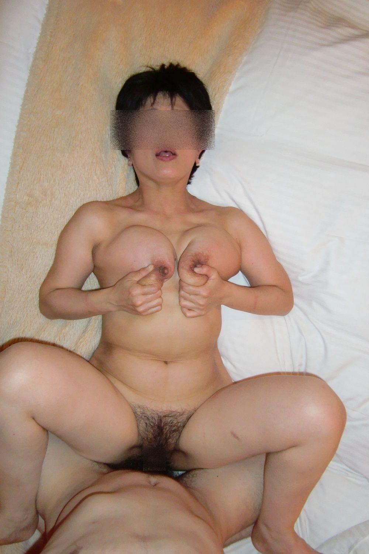 胸を自ら揉んでセックスを楽しんでる!