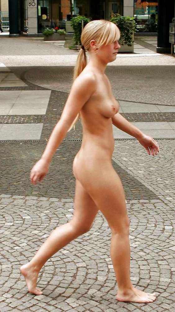 全裸で堂々と街中を歩いている!