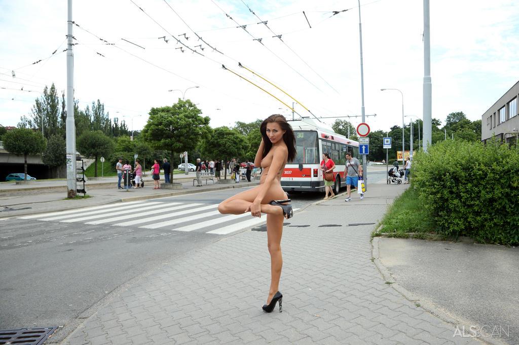 周りに人がいても露出する海外女性!