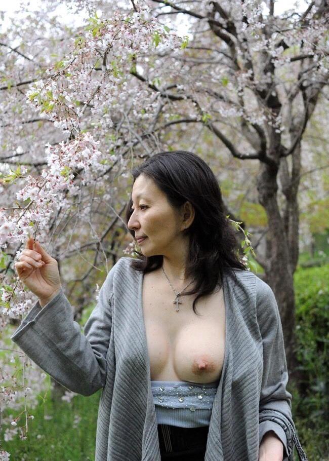 綺麗な垂れ乳を野外で晒している!