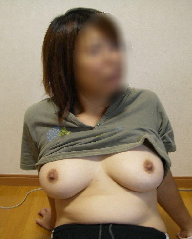Tシャツを捲って垂れ乳を見せる熟女!