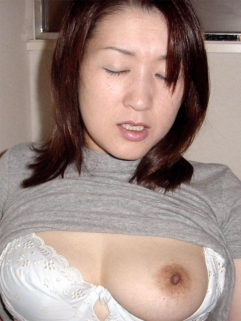 ブラをズラして垂れた片乳をポロリ!