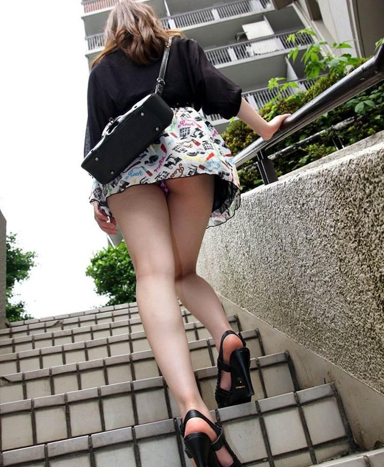ミニスカギャルの階段パンチラ盗撮!
