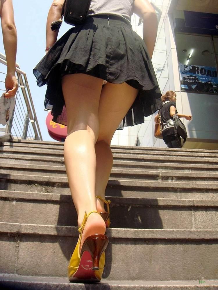 美脚女性のミニスカパンチラを盗撮!