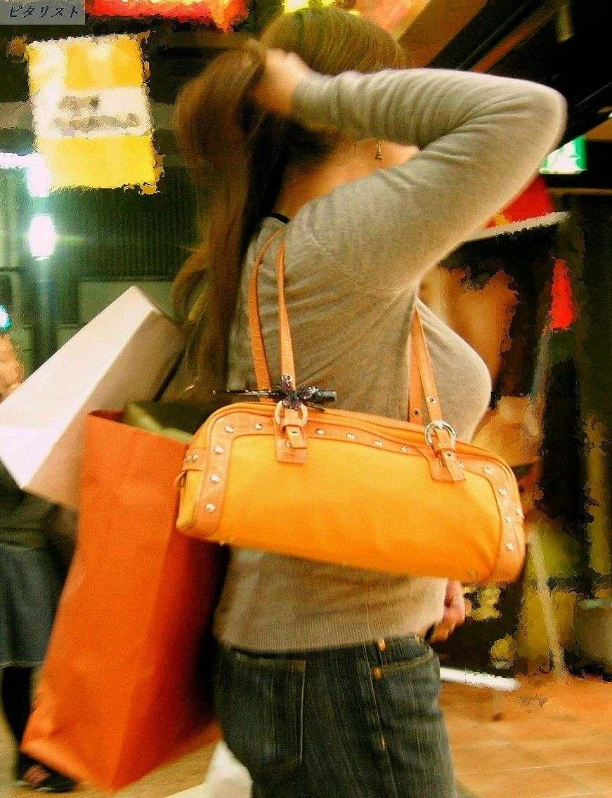 買い物途中の女性の着衣巨乳をガン見!