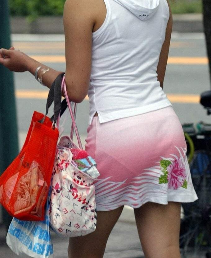 花柄のスカートからパンツが透けてる!