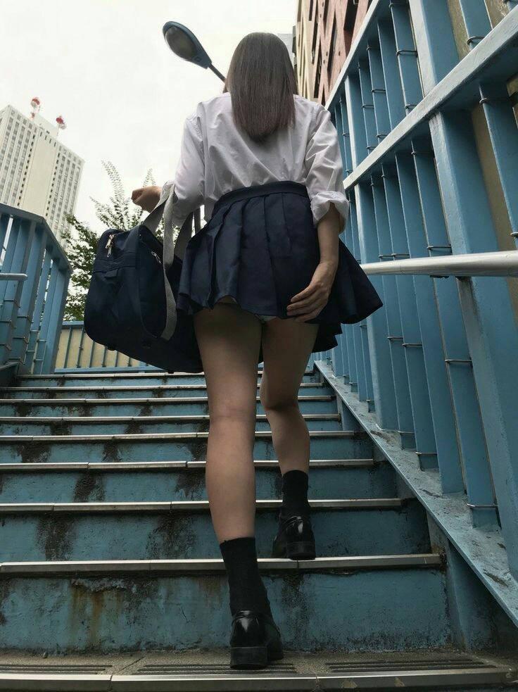 激カワ女子校生のチラッと見える下着!