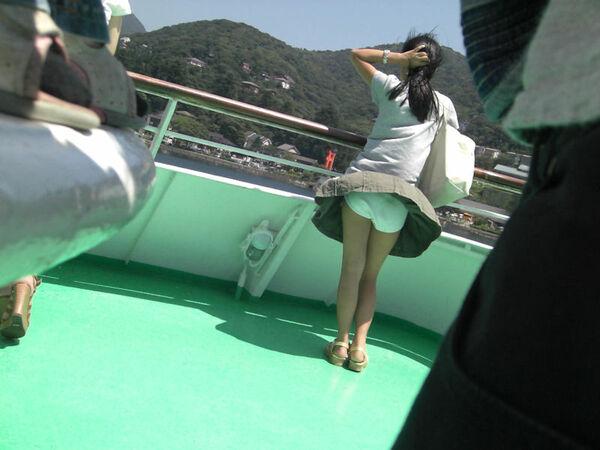 船の上で風チラする素人お姉さん!