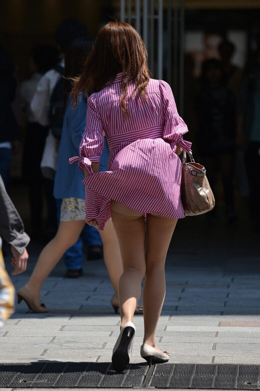 スカートがフワッと捲れてパンチラ!