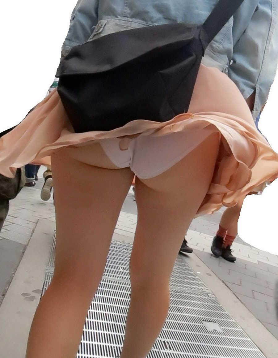 風パンチラでお尻を接写撮りしてる!