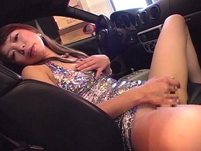 車の中で大胆にオナニーする女性がエロい!