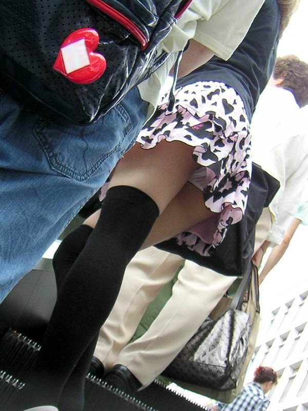 エスカレーターでスカート内を逆さ撮り!