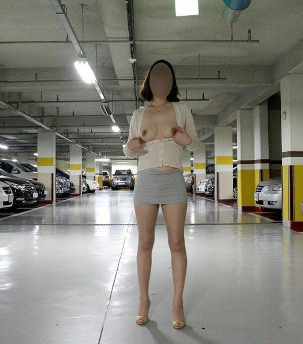 地下駐車場でおっぱい露出するお姉さん!