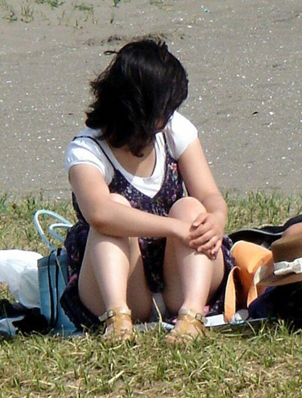 体育座りでパンツが見えてる素人熟女さん!