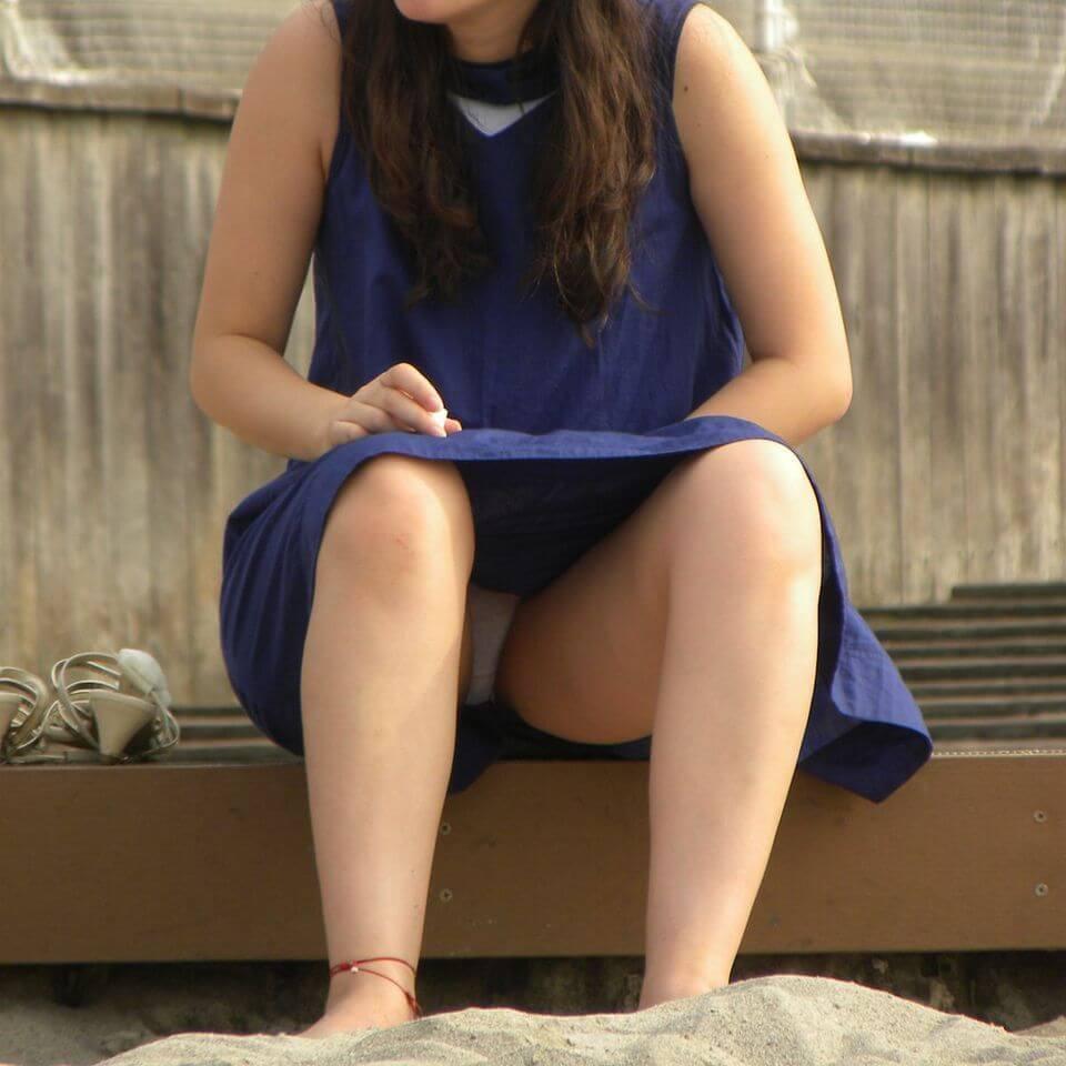 砂浜でオバサンのパンツをゲットした!