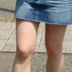 【街撮り美脚エロ画像】デニムミニスカを履いた女性がターゲット…スケベが沢山集まっている!