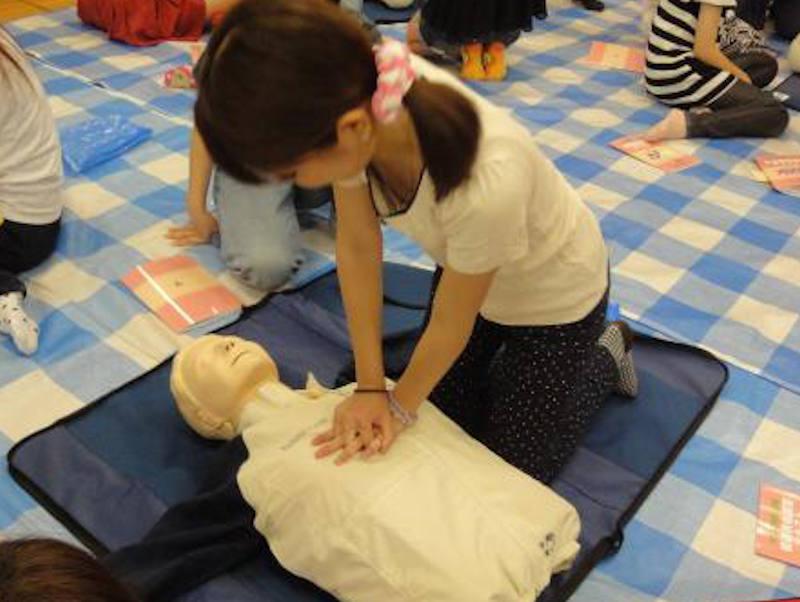 人工呼吸の練習する女性の胸チラ!