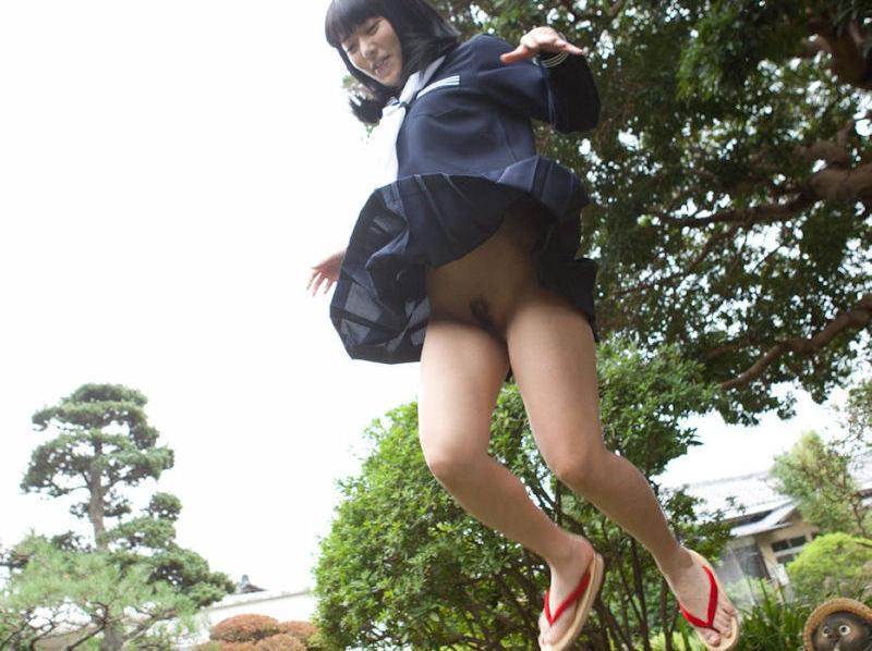 可愛いJKがジャンプしてマンコが見える!