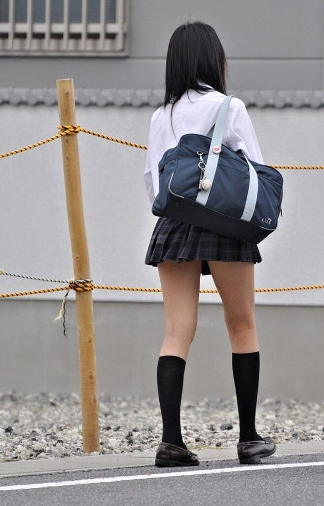 裏太ももが色っぽい女子校生を撮影!