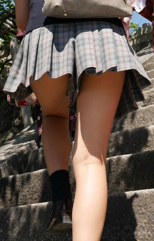 階段をのぼるJKの下半身を接写撮り!