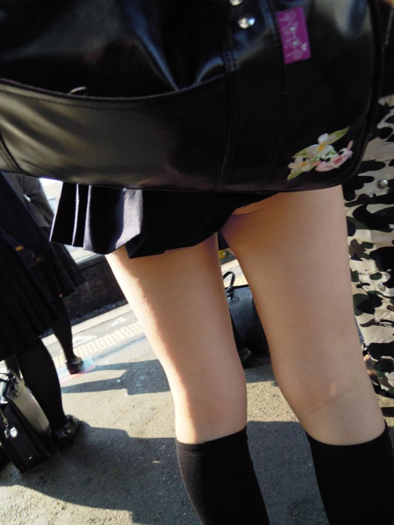 スカートが短すぎて美脚が際立つ!