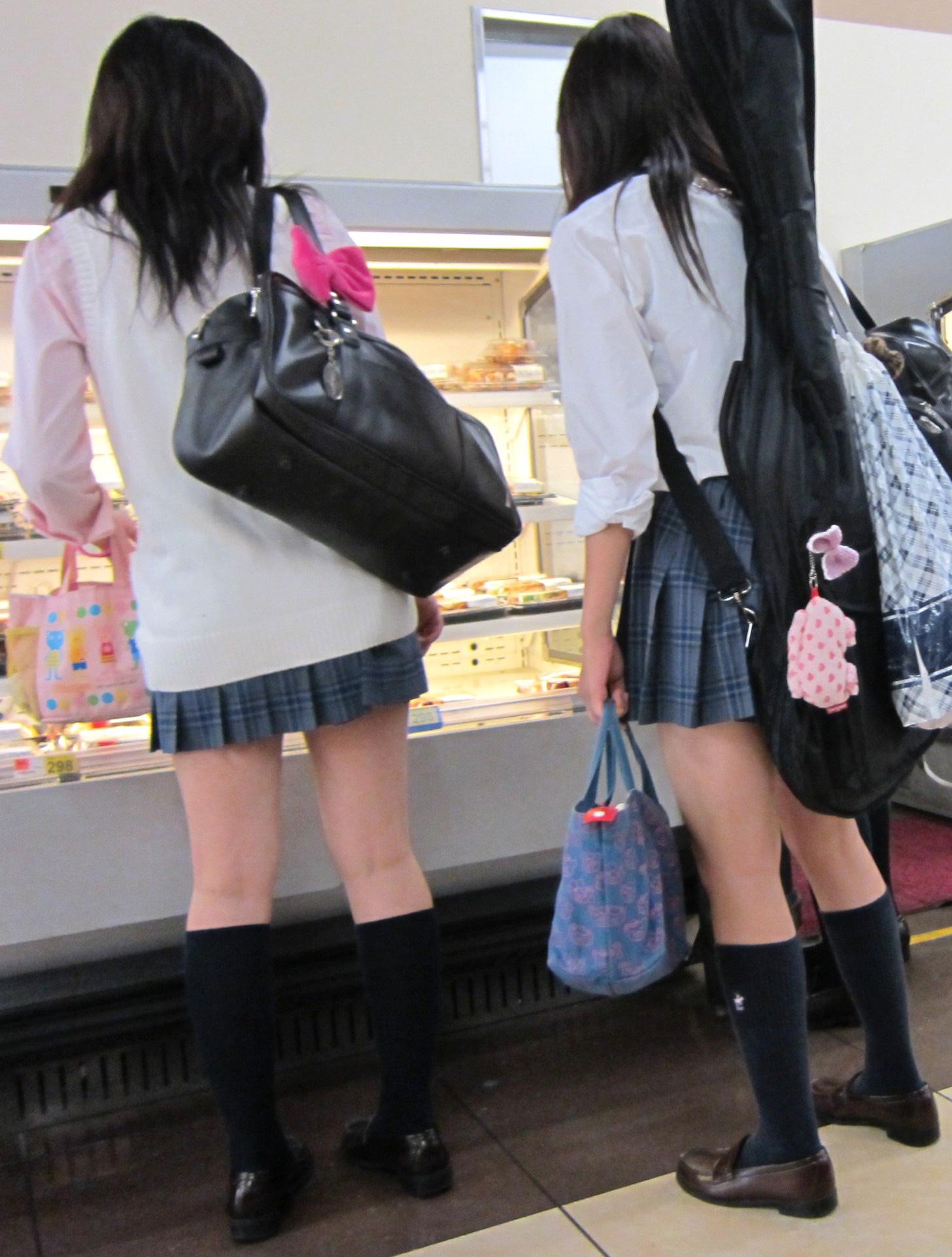 買い物中のJKの美脚を背後から眺める!