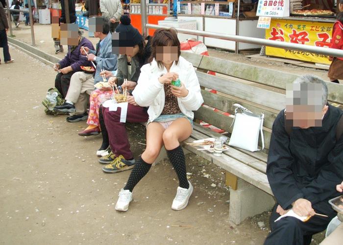超ミニスカでベンチに座ってパンチラ!